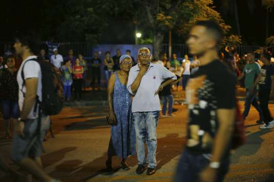 Des habitants de La Havane attendent le début du concert des Rolling Stones le 25 mars 2016.