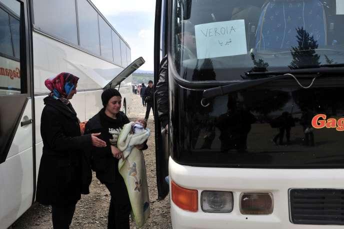 A Idomeni en Grèce à la frontière macédonienne, des cars évacuent les réfugiés qui le souhaitent vers des centres.