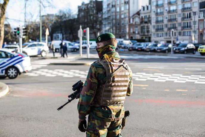 Un policier à Meiser, à Bruxelles, le 25 mars 2016.