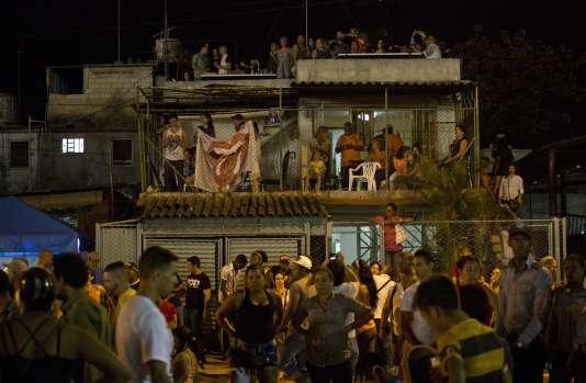 Des habitants de La Havane écoutent le concert des Rolling Stones depuis les terrasses des immeubles environnant le stade de la Cuidad deportiva le 25 mars 2016.
