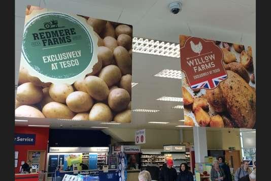 Logos symbolisant l'agriculture, drapeau britannique et photos alléchantes, Tesco vend sous des marques se voulant proches du terroir des produits venus du monde entier.