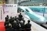 Inauguration du nouveau tronçon du Shinkansen, à la gare de Tokyo, samedi 26 mars.