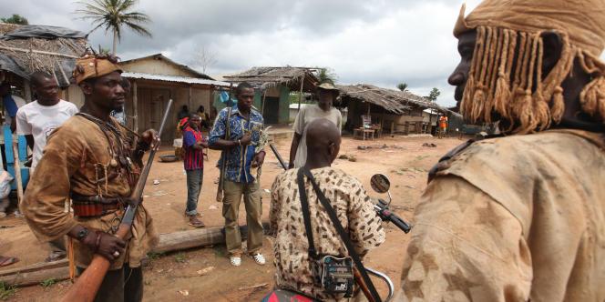 Des chasseurs traditionnels dozos, en Côte d'Ivoire, en juin 2012.