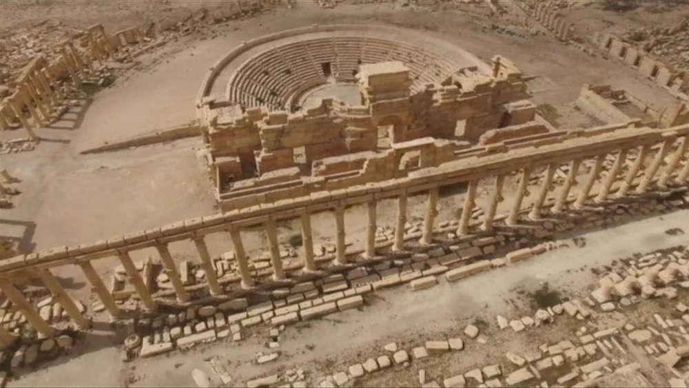 Cette image du théâtre de la cité antique saisie par un drone russe a été dévoilée, dimanche 27 mars, par la télévision officielle de Moscou. L'appui russe aux forces syriennes a été décisif pour reprendre la ville.