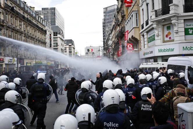 La police a évacué des hooligans à l'aide de canons à eau, place de la Bourse.