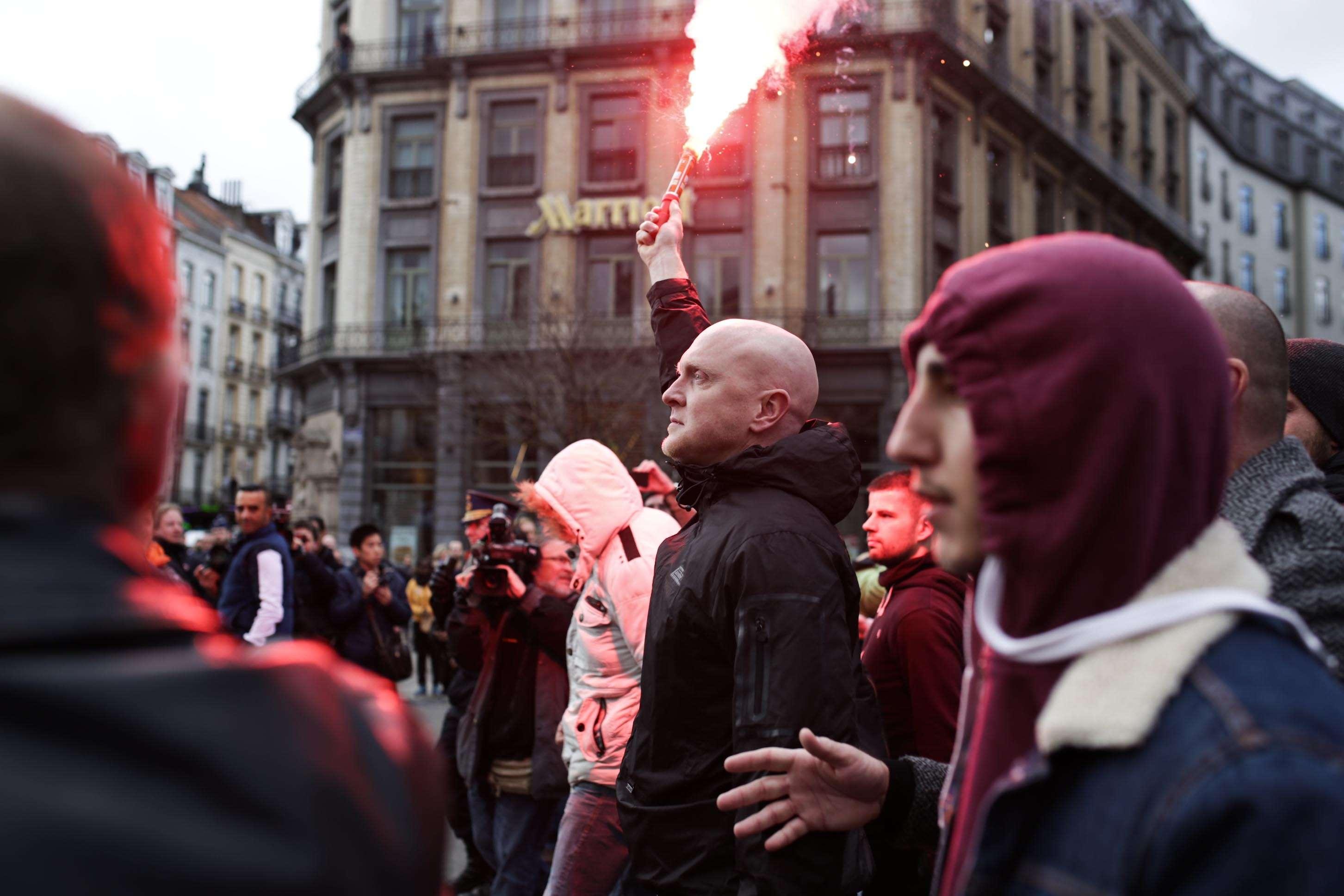 Les manifestants nationalistes, supporteurs de club de foot vraisemblablement proches de l'extrême droite ont surgi sur la place de la bourse à Bruxelles en milieu d'après-midi, dimanche 27 mars.