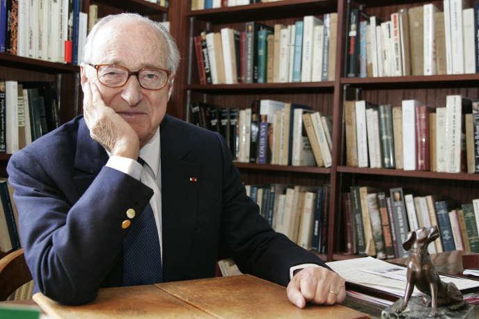 L'écrivain et académicien Alain Decaux chez lui à Paris, le 3 avril 2006. Il est mort le 27 mars 2016 à l'âge de 90 ans.