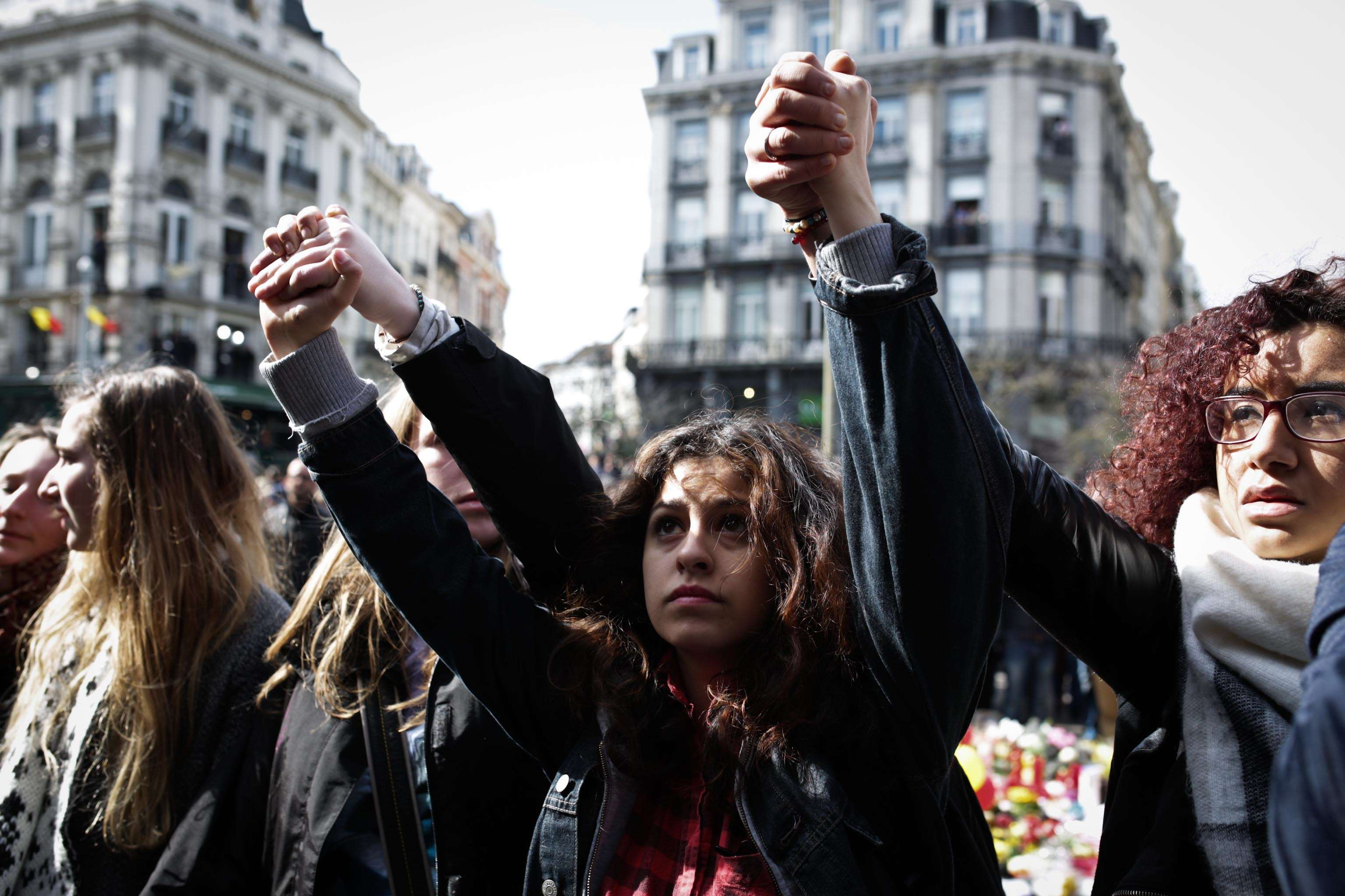 Le face-à-face s'est vite tendu avec les dizaines de personnes qui depuis mardi se relaient place de la Bourse, au coeur de Bruxelles, pour rendre hommage aux victimes, en silence ou en chansons.