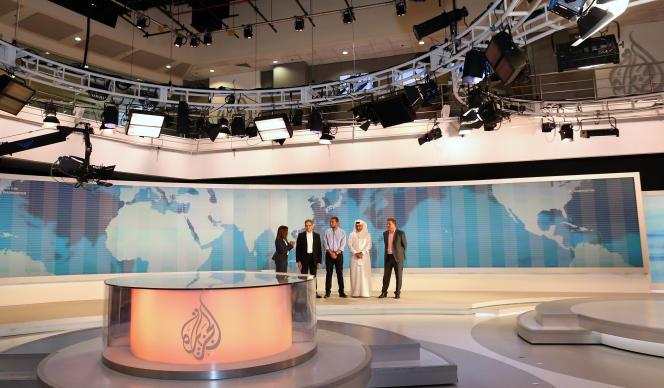 La chaîne de télévision qatarie Al-Jazira annonce le licenciement de 500 employés.