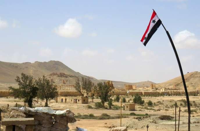 Un drapeau syrien à Palmyre, le 27 mars.