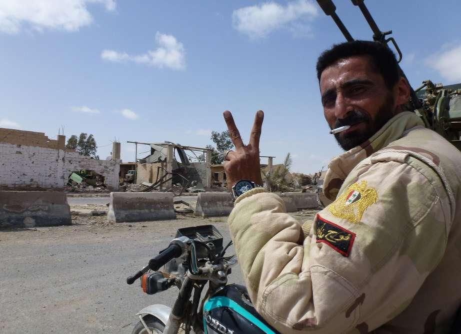 Un soldat des troupes loyalistes fait le V de la victoire. La reprise de Palmyre efface la défaite cuisante du régime de Bachar Al-Assad en mai 2015.