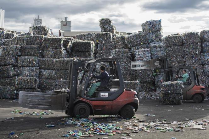 Un employé dans l'entreprise de recyclage de plastique de  Chiva, près de Valence, le 3 novembre 2015.