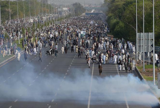 Quelque 25 000 manifestants, protestant contre l'exécution de Mumtaz Qadri, affrontent les forces de l'ordre à Islamabad, le 27 mars.
