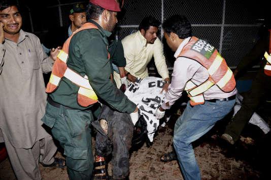 Les secours à Lahore, au Pakistan, après l'explosion qui a fait plus de 50 morts, dimanche.