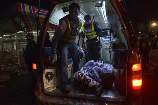 Les secouristes pakistanais viennent en aide aux victimes de l'explosion qui a eu lieu dimanche 27 mars à Lahore.