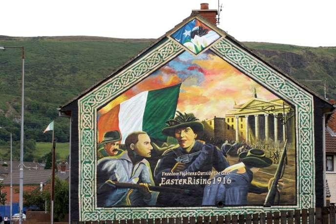 Une peinture murale montrant l'insurrection de Pâcques de 1916, sur le côté d'une maison à Whiterock road, West Belfast, le 28 août 2003.
