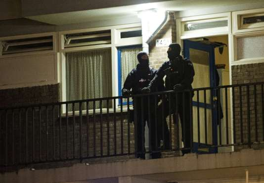 Des policiers sur les lieux de l'arrestation, à Rotterdam, le 27 mars.