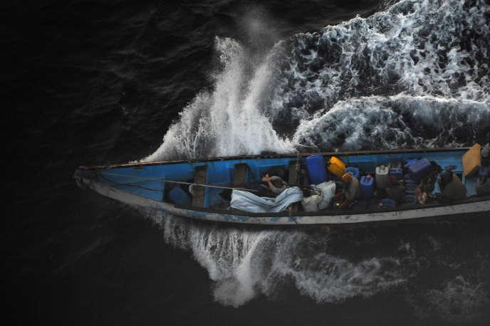Une photographie des pirates avec Evelyne Colombo, prise par la marine espagnole le 10septembre2011.