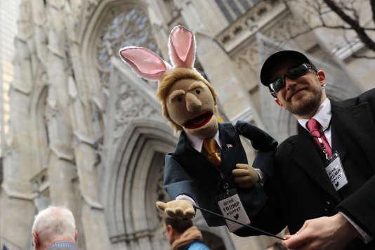 Un marionnettiste accompagné de Donald Trump affublé d'oreilles de lapin, dimanche 27 mars, à New York, à l'occasion de la parade de Pâques.