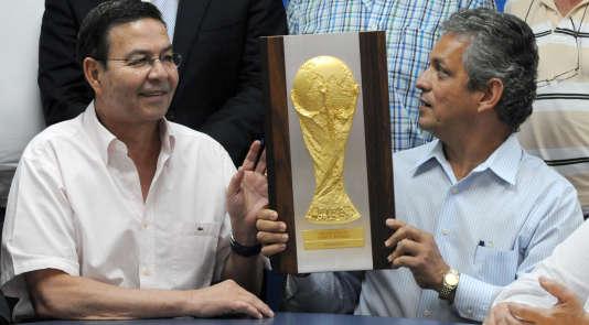 Rafael Leonardo Callejas (gauche) et l'ancien entraîneur de l'équipe de football du Honduras Reinaldo Rueda, le 29 juillet 2010.