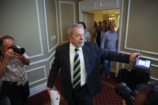Luiz Inacio Lula da Silva arrive à une conférence de presse avec des journalistes étrangers à Sao Paulo, Brésil, le 28 mars 2016.