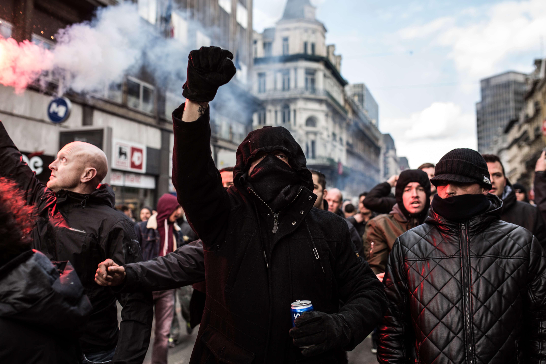 """""""On est des hooligans"""", """"on est chez nous"""", ont scandé ces manifestants vêtus de noir."""