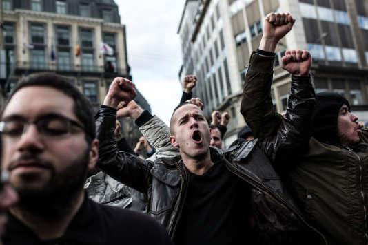 """Une fois arrivés place de la Bourse, les hooligans ont commencé à chanter des slogans de football et crier : """"On est chez nous !"""", le 27 mars 2016 à Bruxelles."""
