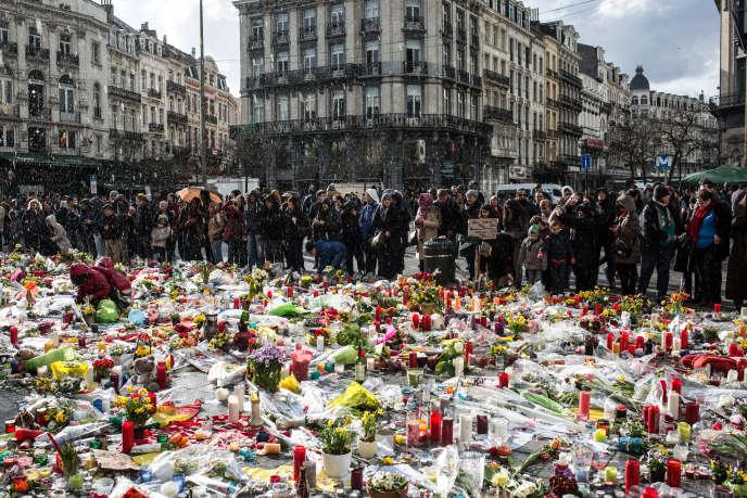 Le mémorial de la place de la Bourse à Bruxelles, sous la pluie, le 26 mars 2016.