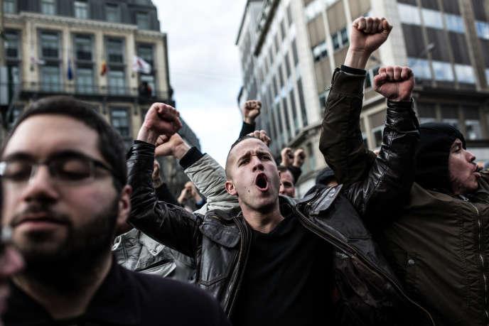 Une fois arrivés place de la Bourse, les hooligans ont commencé à chanter des slogans de football et crier :