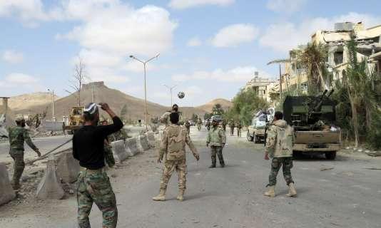 Des troupes pro-gouvernementales à Palmyre, après la reconquête de la cité, le 27mars.
