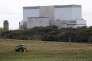 Un tracteur laboure le champ où devrait être construite la centrale nucléaire de Hinkley Point, le 24 octobre 2013 à Bridgewater, dans le sud-ouest de l'Angleterre.
