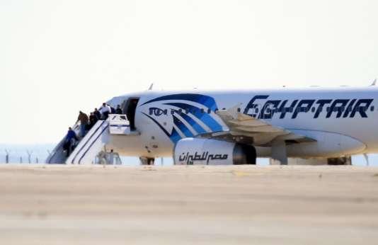 L'avion détourné de la compagnie Egyptair, à l'aéroport Larnaka, à Chypre, le 29mars.