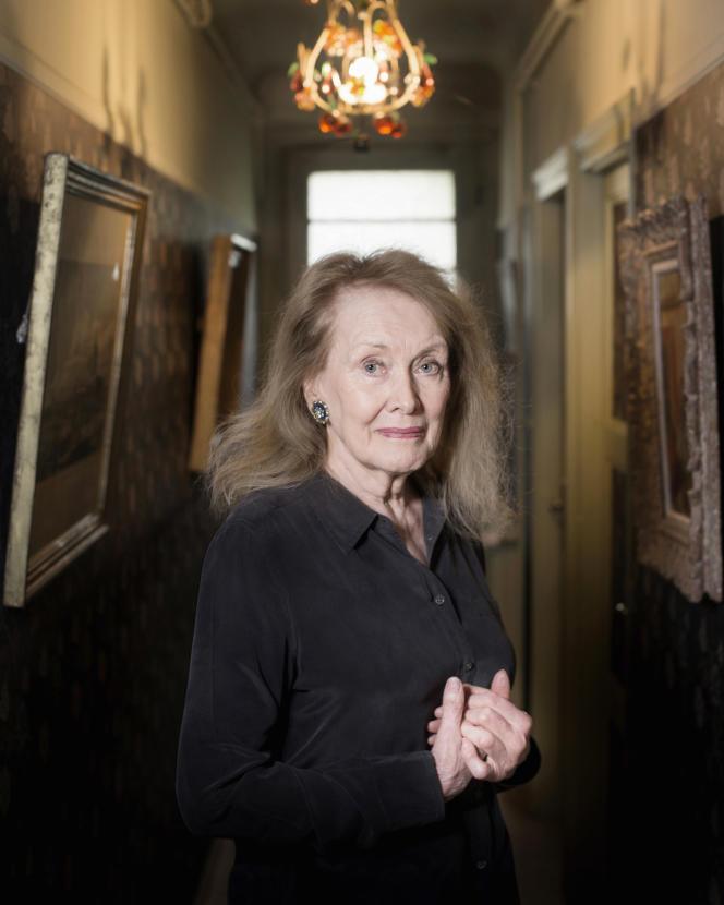 Portrait de l'écrivain Annie Ernaux chez elle.