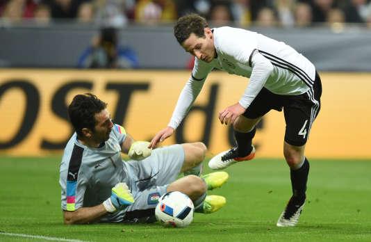 Gianluigi Buffon face à l'Allemand Sebastian Rudy, mardi 29 mars.