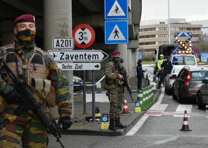 Des policiers et des soldats contrôlent des employés de l'aéroport Zaventem de Bruxelles, le 29 mars 2016.