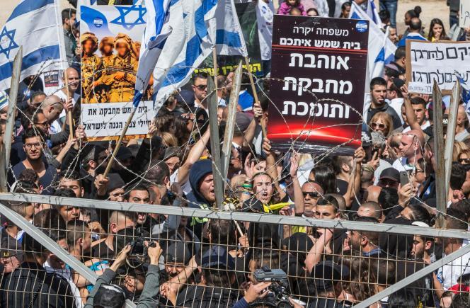 Manifestation en soutien au soldat israélien qui a abattu un agresseur palestinien, le 29mars, devant le tribunal militaire de Kastina, près de Kiryat-Malakhi (Ouest).