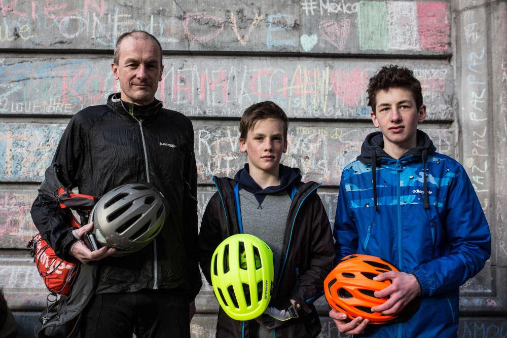 """Olivier, 41 ans, avec son fils aîné Johan, 14 ans, et son cadet Antoine, 11 ans. """"On est venu pour comprendre."""""""