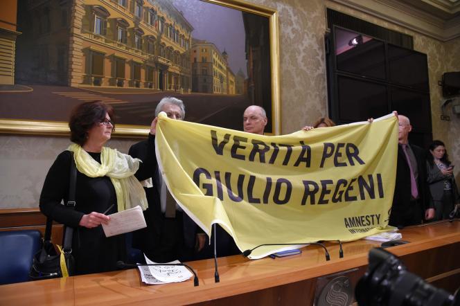 Les parents de l'étudiant Giulio Regeni brandissent une banderole sur laquelle est écrit