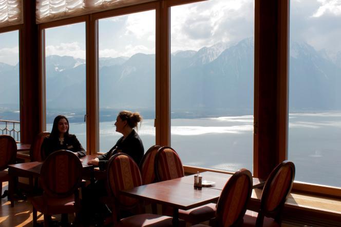 A droite, Sarah Altabert, dans le restaurant étudiant Bellevue de l'institut Glion.