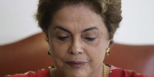 Dilma Rousseff est accusée d'avoir fait supporter temporairement à des banques publiques des dépenses incombant au gouvernement.