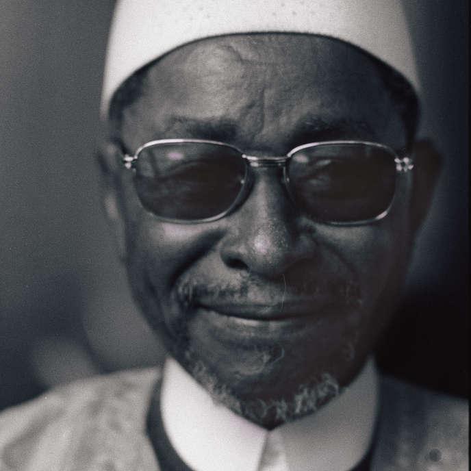 L'écrivain malien Amadou Hampaté Ba (1901-1991) à Paris, le 12 avril 1975, lors de la remise du prix littéraire d'Afrique Noire, pour son livre