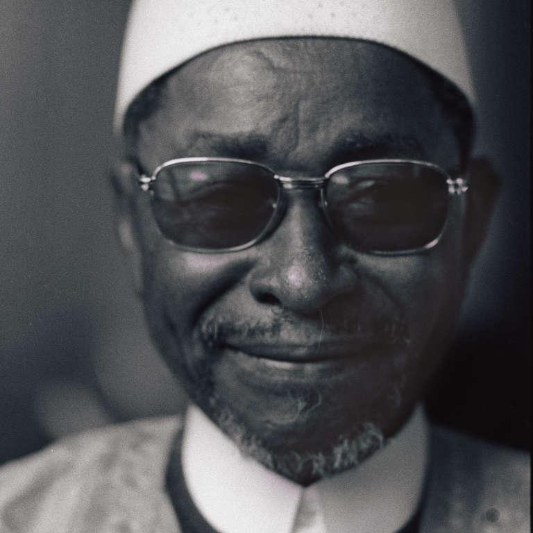 """L'écrivain malien Amadou Hampaté Ba (1901-1991) à Paris, le 12 avril 1975, lors de la remise du prix littéraire d'Afrique Noire, pour son livre """"L'Etrange Destin de Wangrin""""."""
