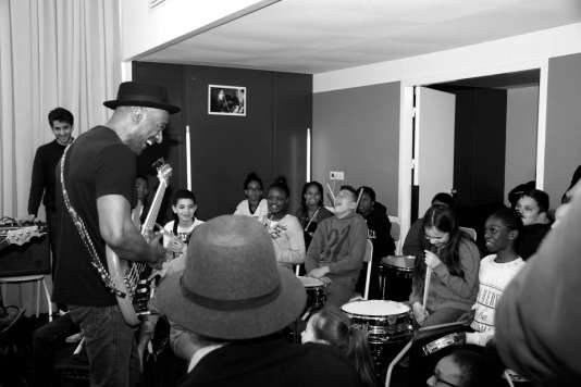 Marcus Miller rencontre les enfants de l'association Les Petits Riens à Paris dans le 19e arrondissement, le 29 mars 2016.