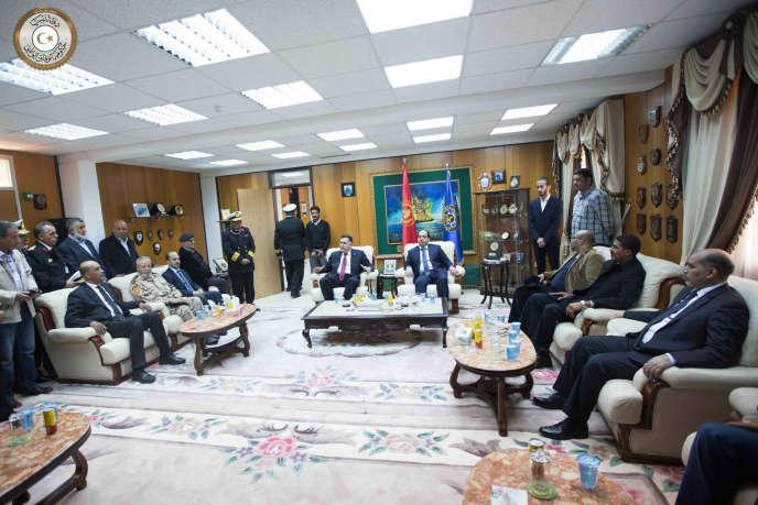 Le premier ministre d'un nouveau gouvernement libyen d'«union nationale», soutenu par les Nations unies a débarqué par voie de mer à la base navale d'Abusita, à Tripoli, le 30 mars, accueilli par des officiers de la marine libyenne qui lui ont aussitôt fait allégeance.