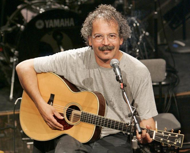 Le chanteur Gianmaria Testa lors de l'enregistrement d'une émission radio à Paris en octobre 2006.