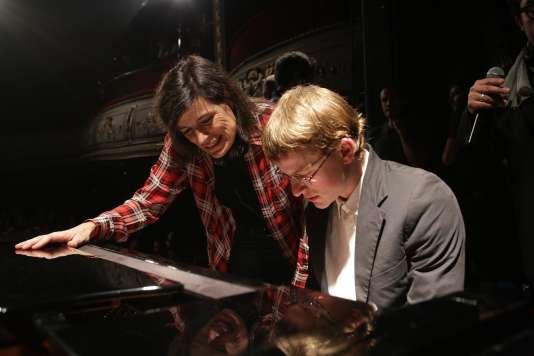Thomas Coumans (Hugo) et la réalisatrice Sophie Révil pendant une répétition.