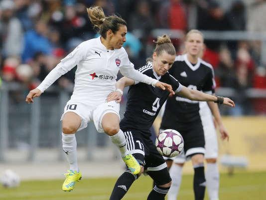 La joueuse de Rosengard Marta et celle de Francfort Simone Laudehr lors du quart-de-finale de la Ligue des champions le 30 mars.
