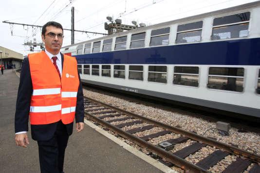 Le directeur SNCF d'Ile de France, Jean-Pierre Farandou, le 14 octobre 2008 près des voies ferrées en gare de Corbeil-Essonnes.