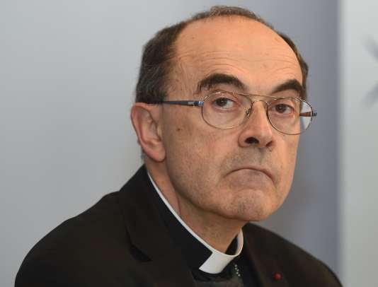 Ces victimes reprochent au cardinal Barbarin, parmi d'autres responsables religieux, de ne pas avoir informé la justice des agissements passés de ces prêtres lorsqu'ils en ont eu connaissance.
