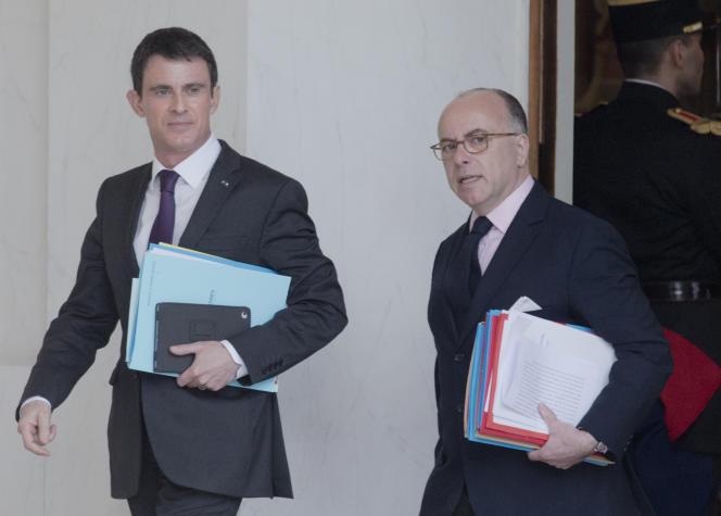 Manuel Valls, le premier ministre français, et Bernard Cazeneuve, ministre de l'intérieur, au palais de l'Elysée, le 30 mars 2016.